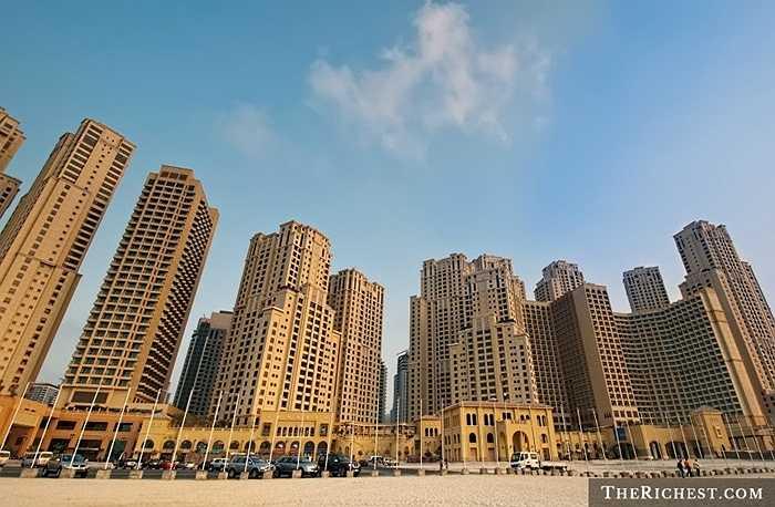 Jumeirah Beach Residence (JBR). 40 tòa tháp ở đây có khả năng cung cấp chỗ ở cho 15.000 người. Ngoài ra, kiến trúc tuyệt đẹp còn tạo nên một không gian không không thể chê vào đâu đươc. Giá để sống 1 năm ở JBR là 24.000 USD