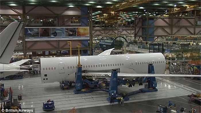 Hàng chục công nhân làm việc liên tục để lắp ráp chiếc Boeing 787-9 Dreamliner