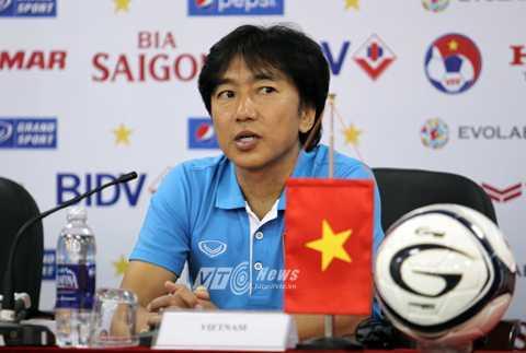 HLV Miura trong buổi họp báo trước trận gặp Iraq (Ảnh: Hà Thành)