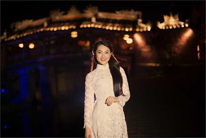 Giữa không gian thơ mộng của phố cổ Hội An, Khánh Tiên diện thiết kế áo dài trắng dịu dàng, làm toát lên vẻ xinh đẹp của cô gái 19 tuổi.