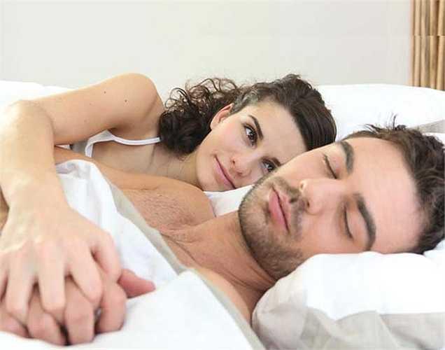 Cải thiện giấc ngủ: chuyện ấy kỳ diệu cho giấc ngủ của bạn. Khi bạn làm tình, oxytocin được giải phóng sẽ giúp bạn buồn ngủ và điều này lý giải tại sao đàn ông thường ngủ ngay sau khi quan hệ tình dục.
