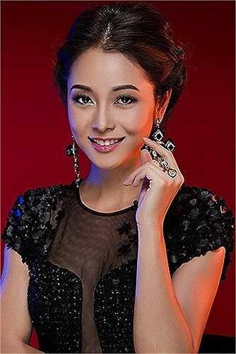 Cùng ngắm thêm loạt váy áo khoe vòng một sexy của Jennifer Phạm: