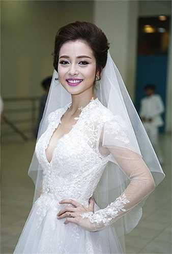 Trong những bộ đầm cưới, Jennifer Phạm cũng trung thành với phong cách này.