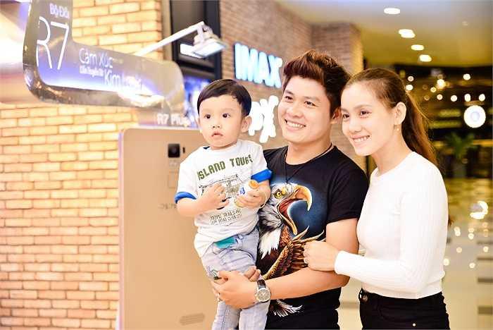 Trong buổi công chiếu bộ phim Pan và vùng đất Neverland, nhạc sĩ Nguyễn Văn Chung đưa vợ đẹp, con xinh đến sự kiện.