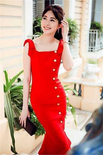 Váy đỏ luôn tạo nên vẻ rạng ngời, thần sắc tươi sáng cho người mặc, Thu Thảo dường như luôn cố tình'' tìm đến các thiết kế màu đỏ mang sắc thái cổ điển.