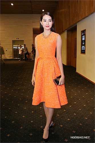Một thiết kế tôn dáng màu vàng cam đem đến sự sang trọng cho hoa hậu.