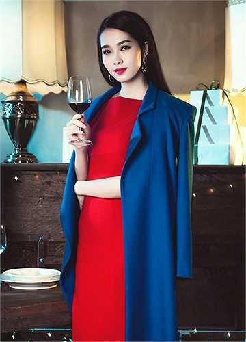 Toan đỏ được bao bọc bằng áo khoác xanh cổ vịt vô cùng ăn ý.