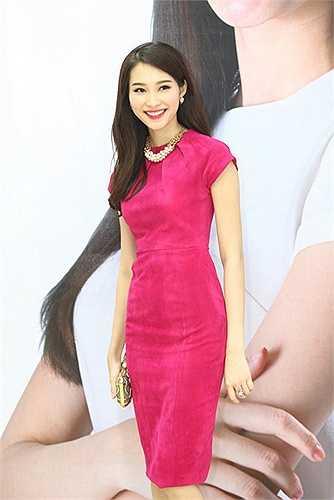 Hoa hậu rạng rỡ với tone hồng ngọt ngào.