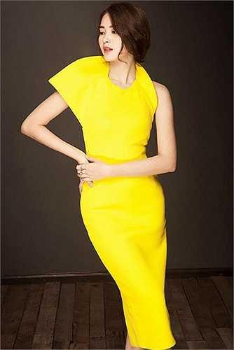 Trong một thiết kế phần cổ và tay cách điệu, sắc vàng chanh bắt sáng rạng ngời.