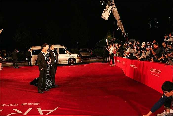 Trong sự kiện khai mạc LHP quốc tế Busan năm nay, diễn viên Trần Bảo Sơn xuất hiện nổi bật cùng gương mặt trẻ Vũ Ngọc Anh trên thảm đỏ.