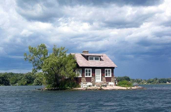 Ngôi nhà được coi là cô độc nhất thế giới với cái tên Island House nằm trên dòng sông St. Lawrence giữa biên giới hai nước Mỹ và Canada. Cách duy nhất để tiếp cận  là đi thuyền.