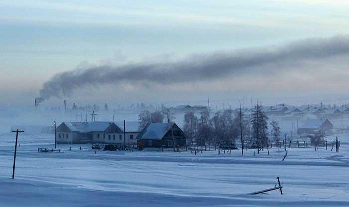 Thành phố Verkhoyansk nằm trong rừng Taiga, khu rừng lớn nhất thế giới cách thủ đô Moscow, Nga khoảng 3000 dặm. Đây được mệnh danh là thành phố lạnh nhất thế giới bởi số giờ nắng không vượt quá 5 và hầu như không có mặt trời trong tháng 12, tháng 1.