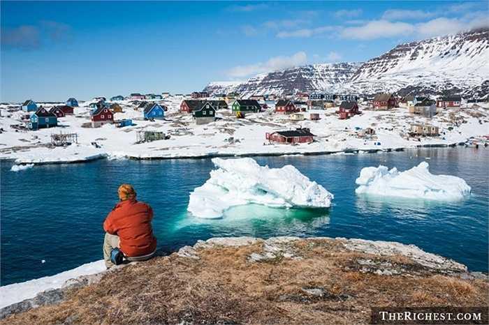 Greenland (vùng đất xanh) có lẽ là tên gọi mỉa mai cho hòn đảo này bởi trên hòn đảo có tới 57000 người sinh sống nhưng không hề có cây cối, thực vật, không có sự giao thoa ngày và đêm. Người dân sinh sống cùng với gấu Bắc Cực và cái lạnh thấu xương.