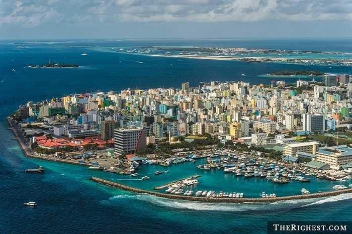 Thiên đường du lịch nổi tiếng Maldives bất ngờ nằm trong danh sách này. Với độ cao chỉ gần 2 mét so với mực nước biển, hòn đảo nằm giữa Ấn Độ Dương này có nguy cơ chìm hoàn toàn khi nước biển dâng. Đó là lí do vì sao việc đầu tiên tổng thống nước này làm sau khi nhậm chức là nhanh chóng lên kế hoạch sơ tán 300.000 người dân trên đảo.