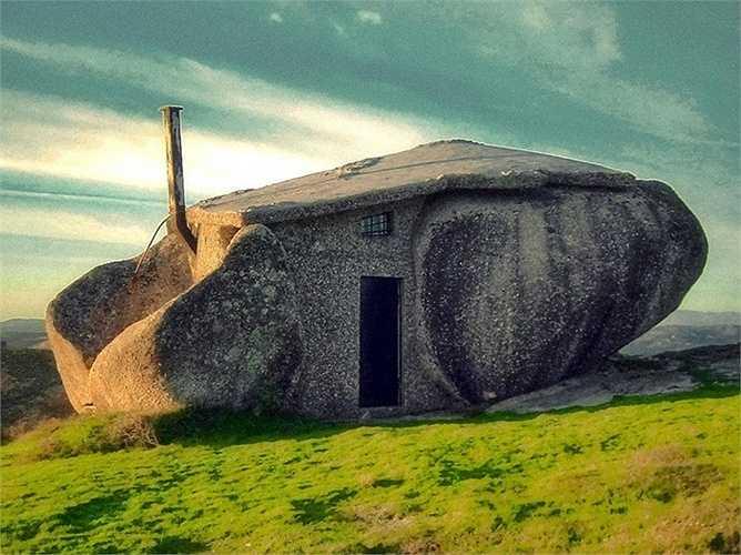Ngôi nhà đá độc đáo ở Nas Montanhas de Fafe, Bồ Đào Nha được xây dựng năm 1974 chơ vơ, không có điện. Có lẽ chủ nhân hoặc người xây dựng căn nhà này là một kẻ khổng lồ mới có thể lăn những viên đá vào đúng vị trí.