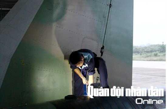 Nhân viên kỹ thuật hàng không kiểm tra hệ thống động cơ máy bay SU-30MK2