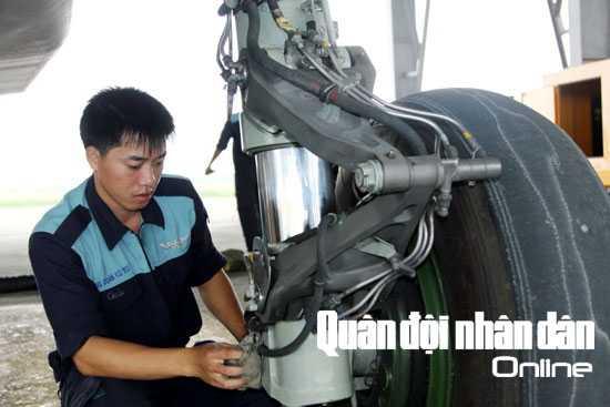 ...và kiểm tra, vệ sinh càng sau của SU-30MK2