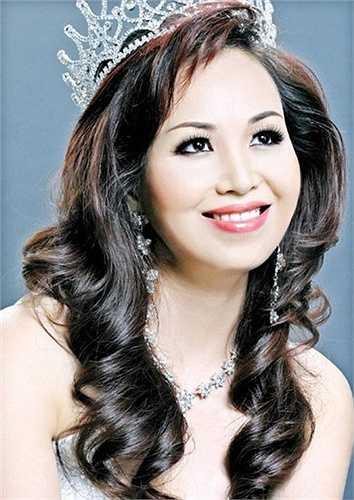 Cô không chỉ đẹp quý phái mà còn có nền tảng tri thức tốt với khả năng nói nhiều ngoại ngữ khác nhau.