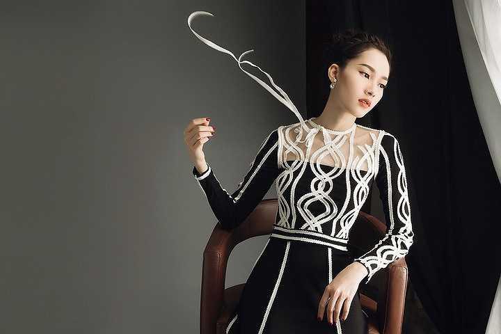 Trong những bộ cánh thanh lịch và sang trọng của nhà mốt 9X Lâm Gia Khang, Hoa hậu Việt Nam 2012 trở nên đẹp mê hồn như chính danh hiệu báo chí phong tặng 'Hoa hậu của các hoa hậu'