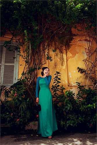 Vốn vừa là bạn thân, vừa là nàng thơ của nhà thiết kế áo dài Lê Thanh Phương, Hồng Ánh đã thể hiện trọn vẹn tâm hồn của những chiếc áo mà nhà thiết kế gửi gắm
