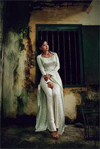 Với Lê Thanh Phương, sự quyến rũ của người phụ nữ chính là ở sự thanh lịch, đằm đượm mang chiều sâu từ tâm hồn như thế