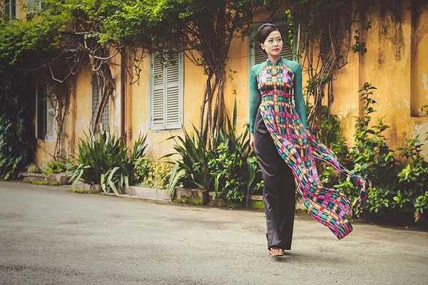 Đặc biệt, Lê Thanh Phương luôn chú trọng sử dụng vải lụa và tơ tằm cao cấp trong các thiết kế của mình để áo dài luôn bay bổng, nhẹ nhàng theo từng bước chuyển động của người mặc.