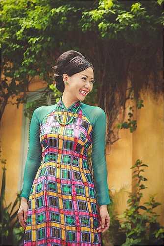 Bản thân nữ diễn viên Hồng Ánh cũng rất say mê các thiết kế của Lê Thanh Phương, chính bởi vẻ đẹp thanh lịch mà sâu lắng toát ra từ từng đường kim mũi chỉ, từng nét cắt cúp lịch lãm như thế.