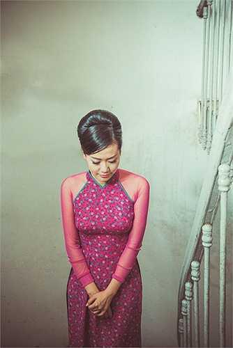 Trong những shoot hình thời trang, Hồng Ánh như đang kể câu chuyện về một cô gái Sài Gòn mơ mộng, kiêu sa, đài các nơi những góc phố, đường xưa thân thuộc.
