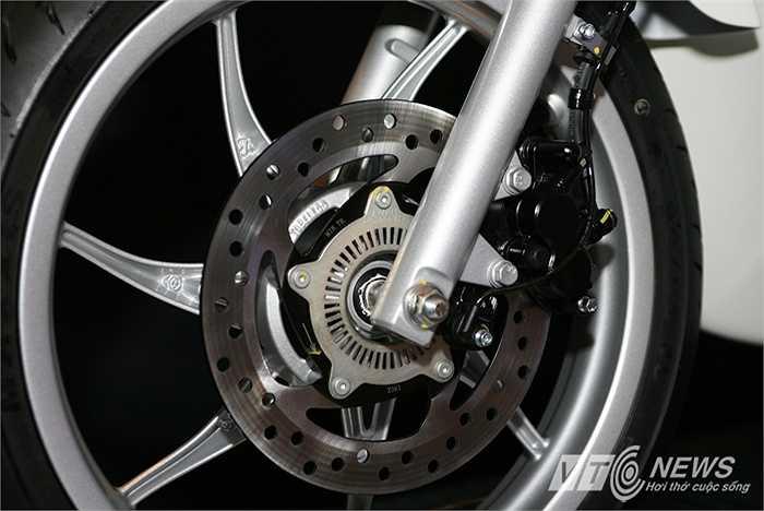 Hệ thống phanh ABS giúp bánh trước không bao giờ bị bó cứng trong trường hợp phanh gấp hoặc trong điều kiên đường trơn trượt. Trước đây, ABS là công nghệ cao cấp vốn chỉ có trên xe hơi hạng sang.