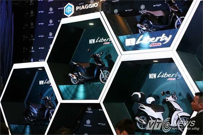 Lễ ra mắt cực kỳ ấn tượng với nhiều nâng cấp đáng tiền, Piaggio còn gây 'sốc' khi công bố mức giá của chiếc xe chỉ 56,5 triệu đồng cho bản cao cấp nhất, nghĩa là rẻ hơn 2 triệu đồng so với phiên bản cũ.
