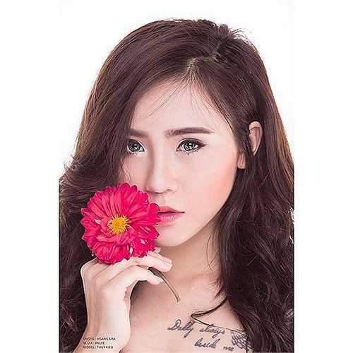 Trịnh Thúy Kiều được biết đến là một nữ sinh xinh đẹp, năng động và có năng khiếu diễn xuất.