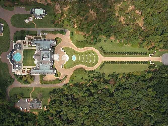 Nét độc đáo của biệt thự dát vàng này là cả khu đất được tạo hình như một cây đàn ghi-ta với những bể bơi, sân cỏ rộng lớn.