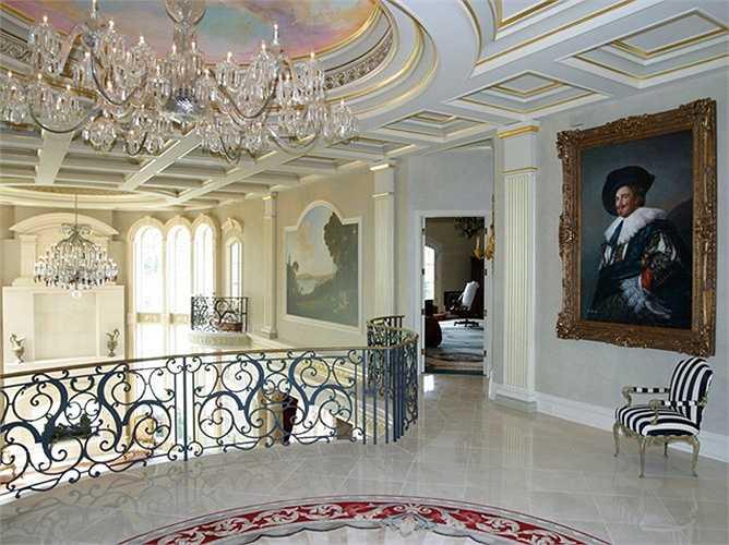 Ngay cả ở hành lang, bạn cũng có thể nhìn thấy trần nhà có những chi tiết dát vàng.