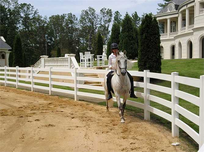 Khu bất động sản rộng lớn này còn có cả một chuồng ngựa.