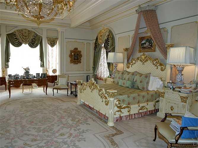 Các phòng ngủ được trang hoàng theo phong cách hoàng gia với nhiều món đồ dát vàng.