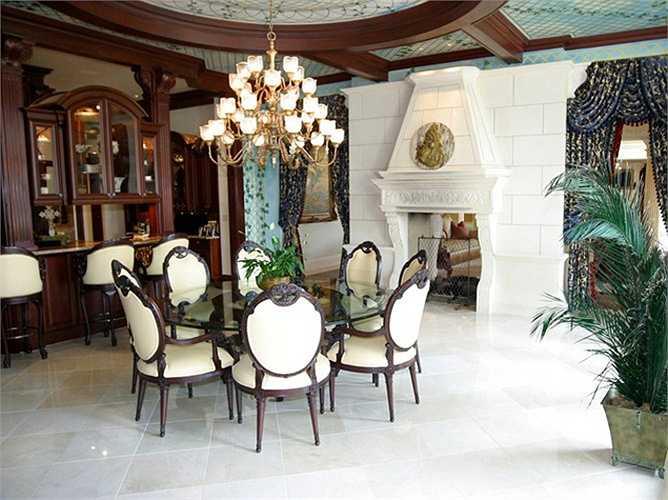 Biệt thự này còn có một phòng rượu khổng lồ và một rạp hát gia đình 25 chỗ ngồi với màn hình 170 inch.