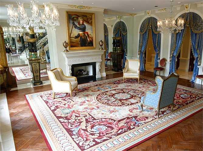 Rất nhiều chi tiết nội thất trong dinh thự được dát vàng sang trọng.