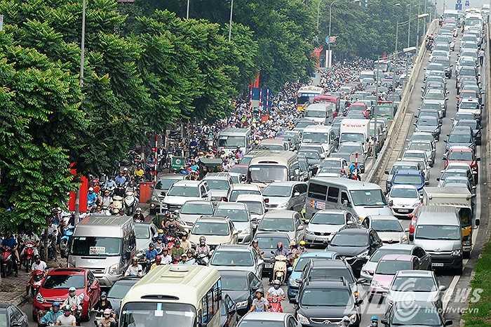 Giờ cao điểm sáng nay 8/10, khu vực đường vành đai 3, nơi cửa ngõ Tây Nam Hà Nội rơi vào cảnh ùn tắc, hỗn loạn kinh hoàng.