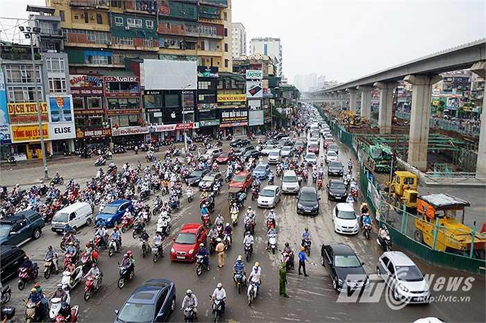 Ngay từ đầu giờ sáng, các phương tiện lưu thông tuyến Nguyễn Trãi - Ngã Tư Sở đã bắt đầu bị ùn ứ.