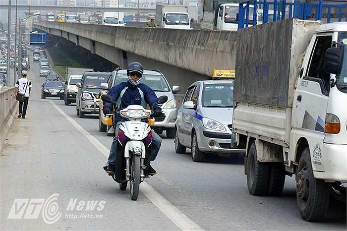 Thậm chí nhiều người đi xe máy còn liều mạng đi xe lên đường cao tốc trên cao.