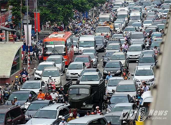 Đến thời điểm 10 giờ sáng cùng ngày, giao thông qua đây vẫn trong tình trạng 'tê liệt'. (Ảnh: Việt Linh)