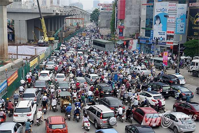 Hàng nghìn phương tiện 'chôn chân' trên đường vì tắc nghẽn.