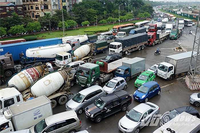 Ngay tại điểm rẽ vào đường vành đai 3 theo hướng Láng Hòa Lạc – Khuất Duy Tiến, có tới hơn 10 làn xe ôtô bị tắc nghẽn, giao thông hỗn loạn.