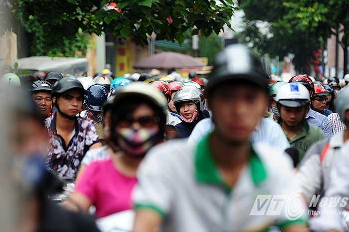Trên vỉa hè đường Khuất Duy Tiến hàng ngàn xe máy chen chúc nhích từng chút một.