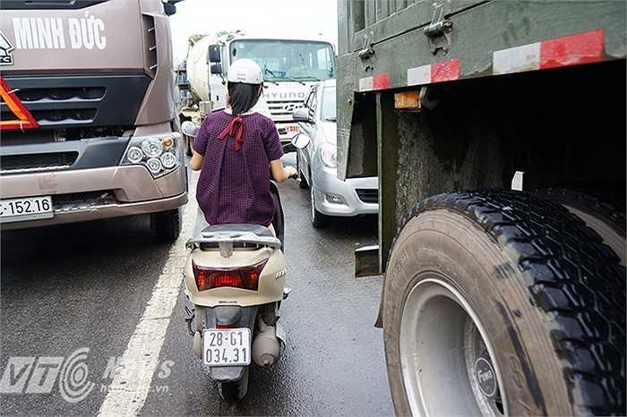 Nhiều người quay đầu len lỏi giữa dòng ôtô đang kẹt cứng để tìm lối thoát.