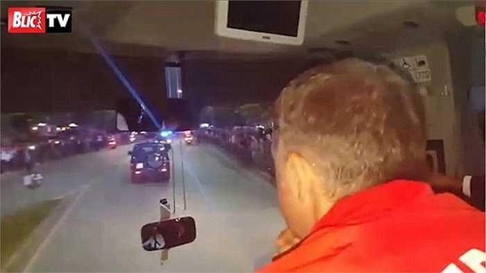 Serbia hành quân tới Albania trong lượt trận áp chót vòng loại Euro 2016 thuộc khuôn khổ bảng I. Điều đáng nói, chiếc xe buýt của đội khách đã bất ngờ bị tấn công ngay trên đường