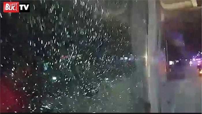 Một viên đá không biết từ đâu đã được ném về phía cửa kính chiếc xe, chỗ gần tài xế. Rất may là không ai bị thương