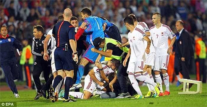 Hành động này gây nên cuộc bạo loạn kinh hoàng ngay trên sân sau đó. CĐV Serbia thì tức giận, trút cơn mưa vật thể lạ về phía cầu thủ Albania