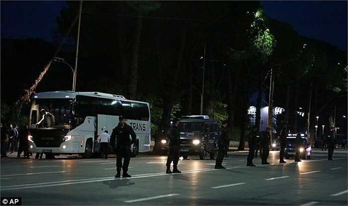 Bất chấp lệnh giới nghiêm và an ninh được siết chặt, chiếc xe buýt chở cầu thủ Serbia vẫn bị tấn công, dù họ đang xếp cuối bảng và không còn cơ hội tới Pháp năm sau