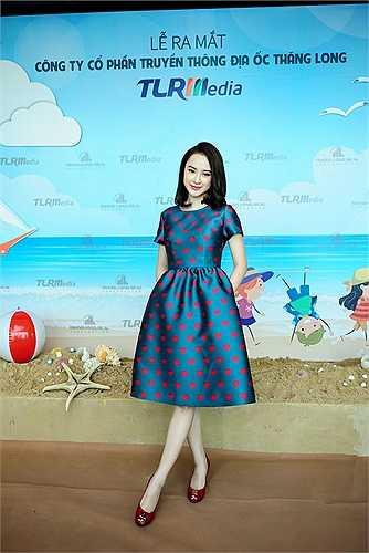 Xuất hiện tại buổi họp báo, Phương Trinh diện trang phục nền nã, thanh lịch và kín đáo.